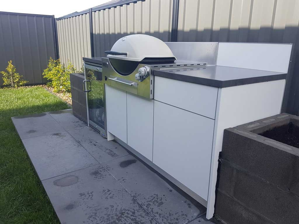 1_Weber-Family-Q3600-Matte-White-Corian-Carbon-Concrete-Outdoor-Kitchen